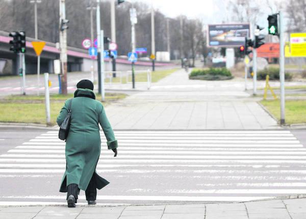 Zielone światło na przejściu dla pieszych pali się tak krótko, że można  pokonać tylko połowę alei.