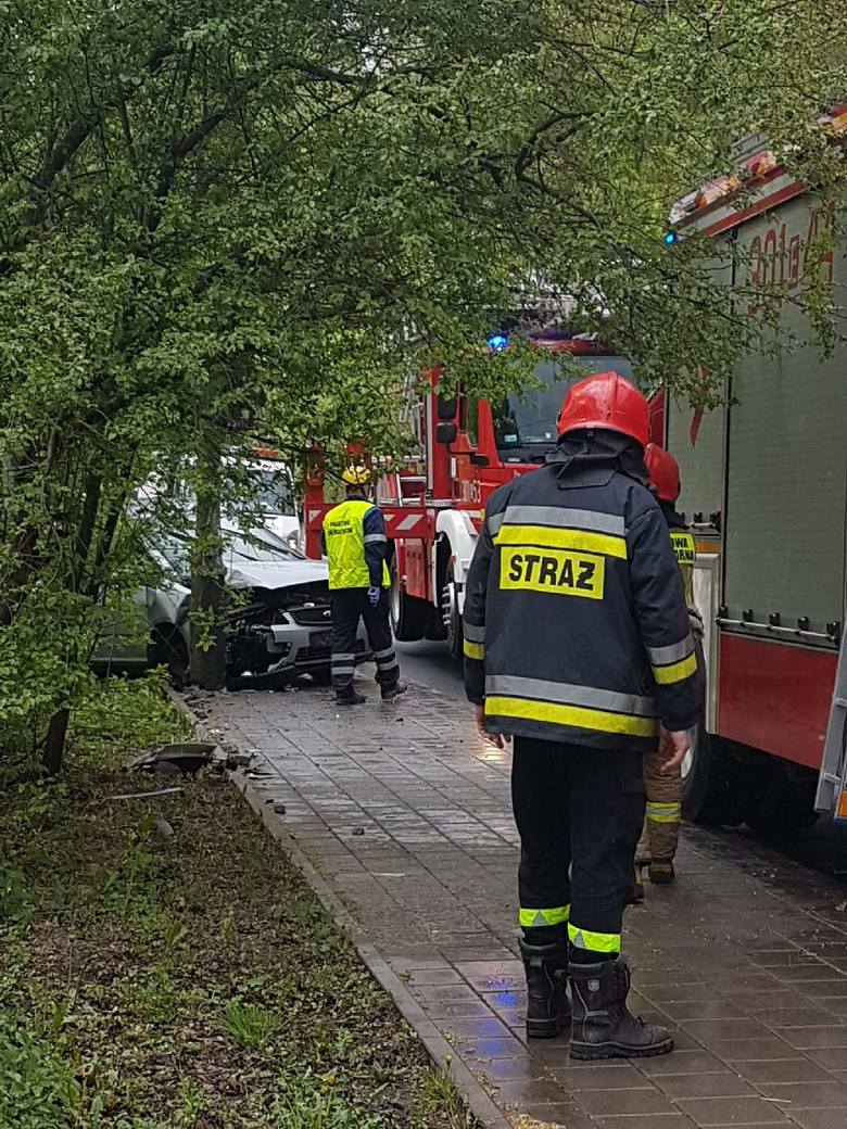 Rozbił się na słupie w Łagiewnikach - wypadek przy stadninie koni