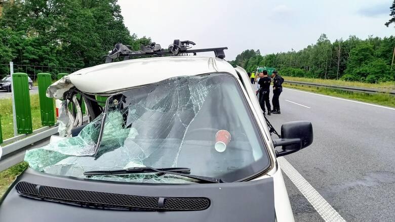 Volkswagen, którym podróżowało łącznie siedmioro dzieci, został poważnie uszkodzony. Najbardziej ucierpiała jadąca nim 12-letnia Pola.