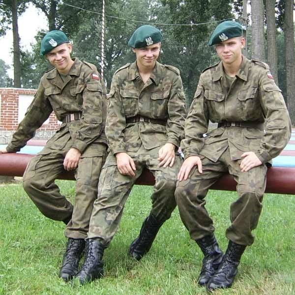 Trojaczki służą w jednostce w Kazuniu Nowym (Mazowieckie). Od lewej Karol, Wojtek i Marek.