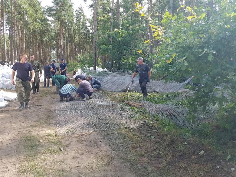 Poważna sytuacja w gminie Darłowo. W kilku miejscach przerwane zostały wały przeciwpowodziowe. Do akcji wkroczyło wojsko. Na miejscu pracuje 50 żołnierzy. Wyrwa w wale ma 10 metrów długości. Woda zagraża pobliskim miejscowościom, w tym Porzeczu i Rusku.<br /> <br />