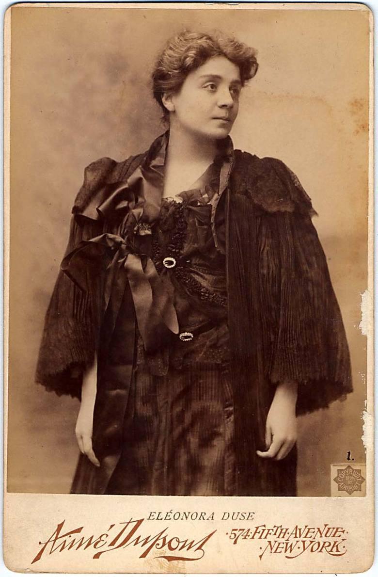 Eleonora Duse (1858-1925) – Pochodziła z Lombardii. Występowała na scenie wędrownego teatru od 5. roku życia. U szczytu aktorskiej sławy znajdowała się w ostatniej dekadzie XIX w. - występowała w najlepszych teatrach Europy i obu Ameryk. Uważana jest za jedną z najwybitniejszych aktorek w historii.
