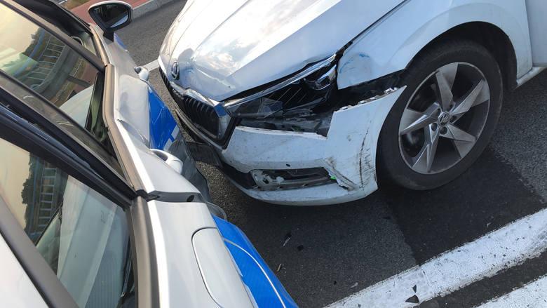 - Mężczyzna pomimo tego nie zatrzymał się i uderzył w policyjny radiowóz. Następnie policjanci, zachowując względy bezpieczeństwa podbiegli do pojazdu