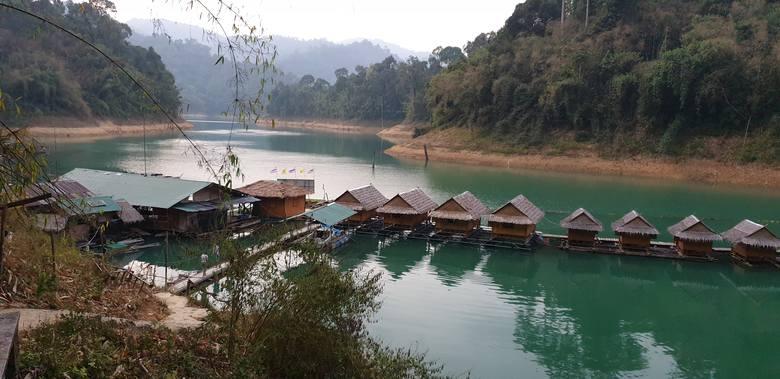 Domki na wodzieW Khao Soak zachwycić może nie tylko dżungla.  W  samym sercu  parku znajduje  Jezioro Cheow Lan Lake.  Oczarowuje ono  szmaragdowym kolorem