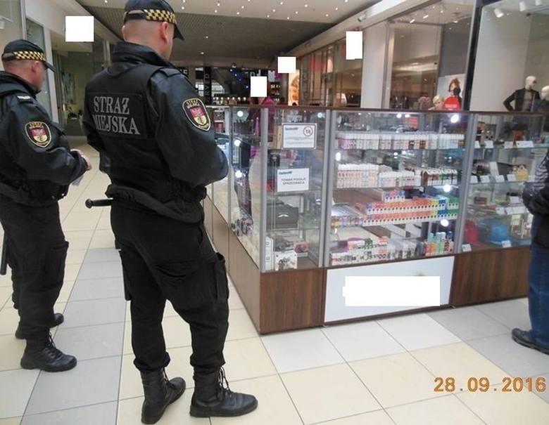 - Funkcjonariusze kontrolują punkty sprzedaży e-papierosów - informuje Joanna Szerenos-Pawilcz z białostockiej Straży Miejskiej. - Strażnicy sprawdzają,