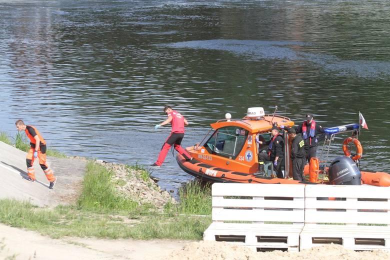 Trzynastoletni chłopak walczy o życie w szpitalu. Nie wiadomo, czy chłopak sam wskoczył do Wisły, czy wpadł do rzeki. Całe zdarzenie miało miejsce dziś