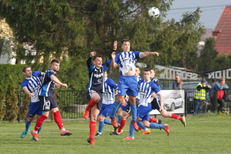 Watkem Korona Bendiks Rzeszów pokonała u siebie Błękitnych Ropczyce 3:0. Wszystkie bramki w tym meczu strzelił Tomasz Walat, a gospodarze cieszą się,