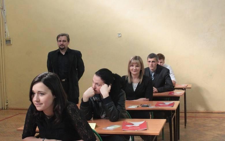 Maturzyści z Zespołu Szkół nr 1 CKP w Aleksandrowie Kujawskim przed egzaminem z matematyki