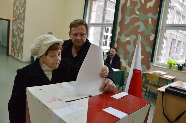 Żary. Helena Witkowska ma ponad dziewięćdziesiąt lat, na głosowanie przyszła z siostrzeńcem Janem.