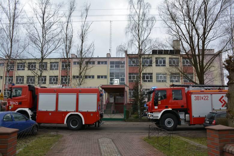 Do szkoły zadzwoniła osoba, która poinformowała o podłożeniu bomby. Ewakuowano pięciuset uczniów i nauczycieli.Jak się dowiedzieliśmy na miejsce natychmiast
