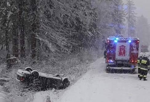 W sobotę na drodze wojewódzkiej nr 205 między Polanowem a Żydowem dachowało auto osobowe. Kierowcy nic poważnego się nie stało. Sam wydostał się z p