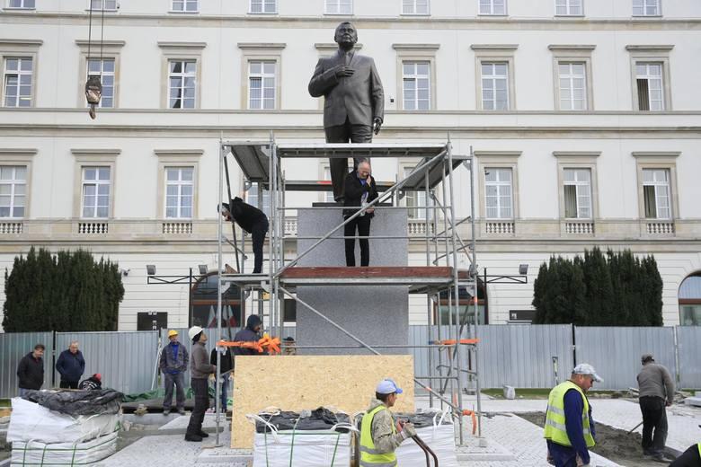 Na 10 listopada zaplanowano odsłonięcie pomnika Lecha Kaczyńskiego w Warszawie. Monument stanął na pl. Piłsudskiego, przed budynkiem garnizonu Warszawa.Figura