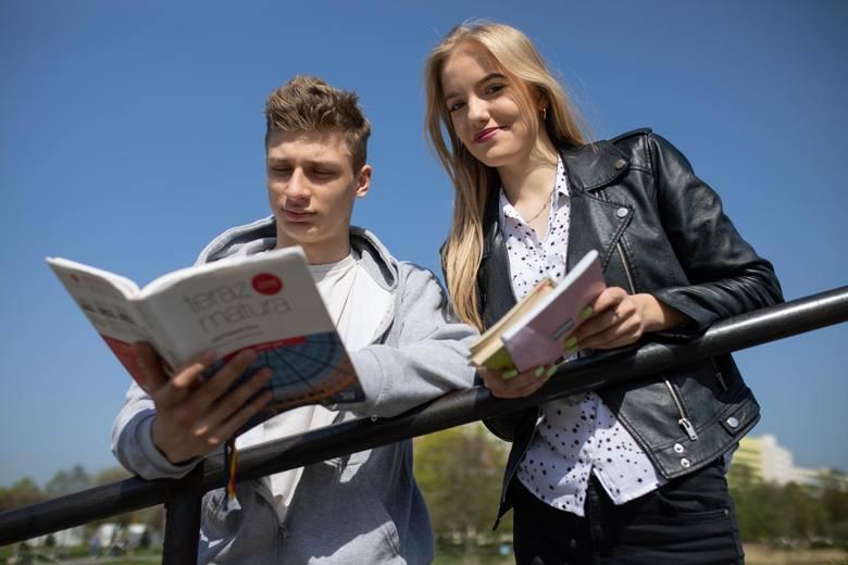 Do matury pozostało już niewiele czasu. Kacper Filipiuk i Natalia Gapska, maturzyści z VIII LO w Bydgoszczy, są pełni optymizmu i liczą na dobre wyniki. W ich szkole egzamin maturalny zdawać będzie 156 osób.<br />