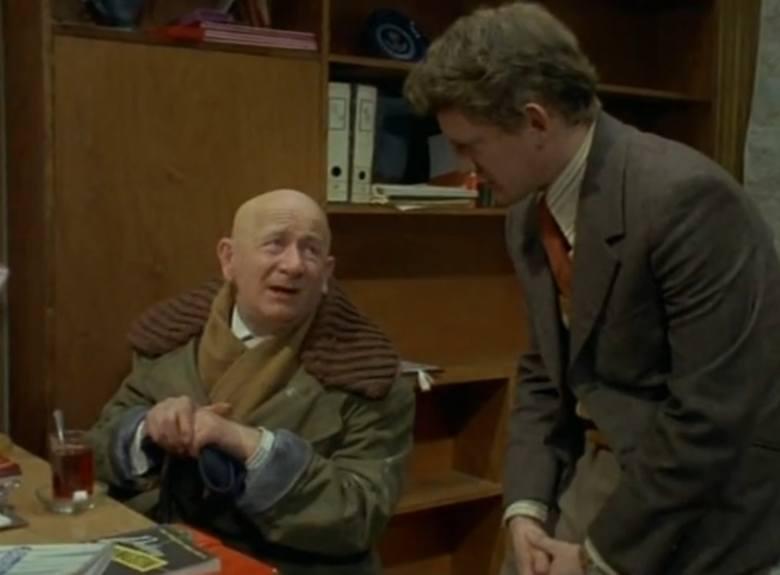 """Odcinek trzeci """"Dziwny wypadek"""". Na zdjęciu porucznik Borewicz i dziadek zamordowanej Jolki Holsztyńskiej. Jak się później okaże to on był szefem szajki samochodowej, w której działała Jolka. Dziadka zagrał Sławomir Lindner"""