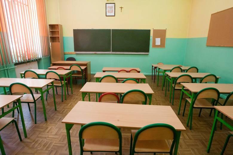 <strong>Zadźgała swojego ucznia</strong><br /> <br /> Cały kraj mówił też o dramacie, jaki w kwietniu 2001 r. rozegrał się w Czarnej Białostockiej. 38-letnia nauczycielka tamtejszej podstawówki zabiła 11-letniego ucznia. Do zbrodni doszło w szkolnym gabinecie lekarskim. Mariola M. zadała chłopcu ponad 30...