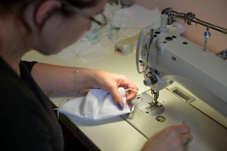 W pracowni krawieckiej Elżbiety Jastrzębskiej w Jarosławiu powstają maseczki ślubne i dla dzieci przystępujących do Pierwszej Komunii Świętej. Zainteresowanie
