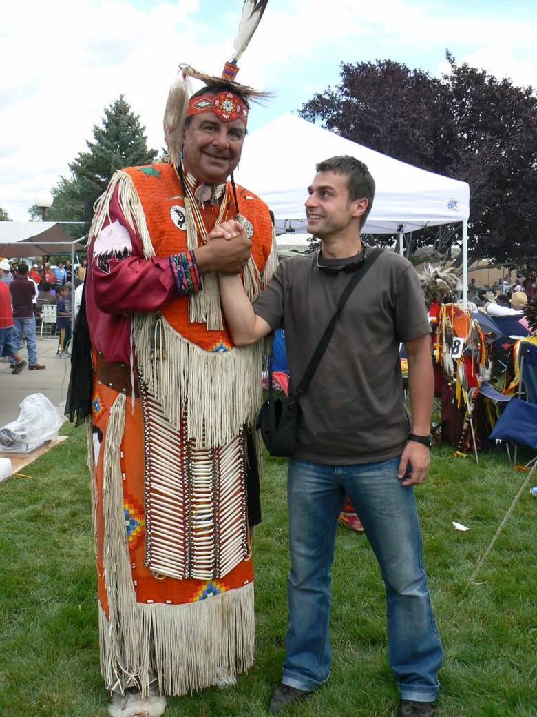 Radosław Palonka na zdjęciu z Indianinem Nawaho podczas międzyplemiennego pow-wow (zjazd plemienny)  w rezerwacie Nawahów w Farmington, w Nowym Meksyku