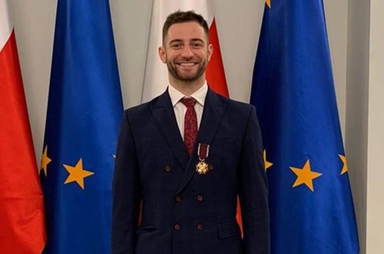 Ostrołęka. Grzegorz Łomacz odznaczony Złotym Krzyżem Zasługi. Uhonorowano go w Pałacu Prezydenckim [ZDJĘCIA]