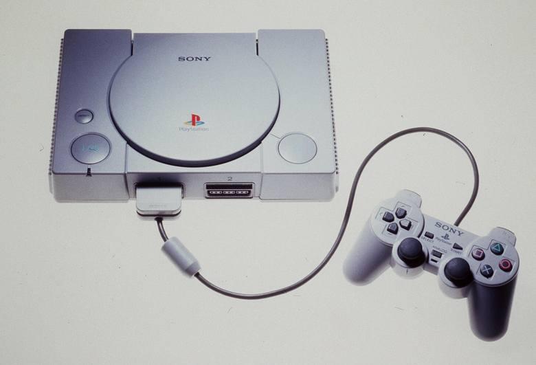 Konsola Playstation 1 - już po pierwszym odświeżeniu, pad w pierwszej wersji nie miał analogów.