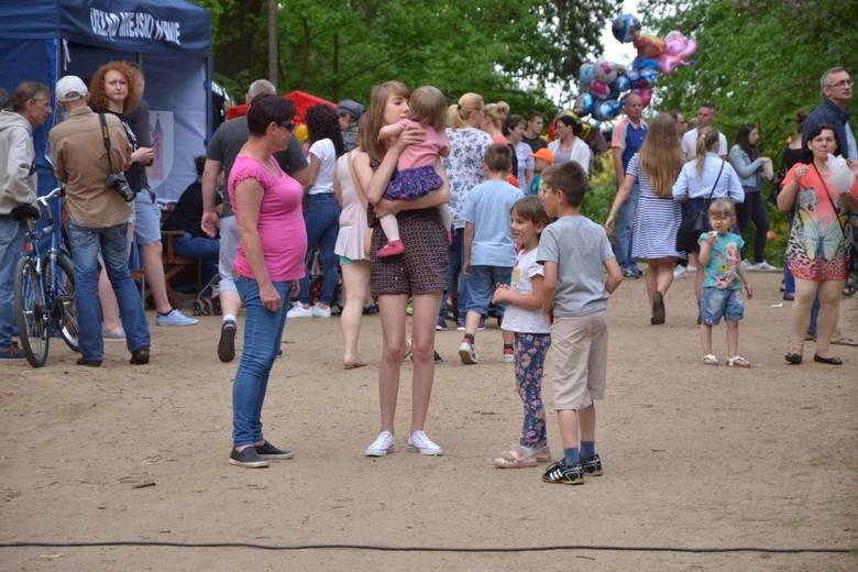 We wtorek w Parku Miejskim im. G. Narutowicza w Lipnie przygotowano atrakcje dla całych rodzin. Dla dzieci były gry i zabawy, konkursy, malowanie buziek,