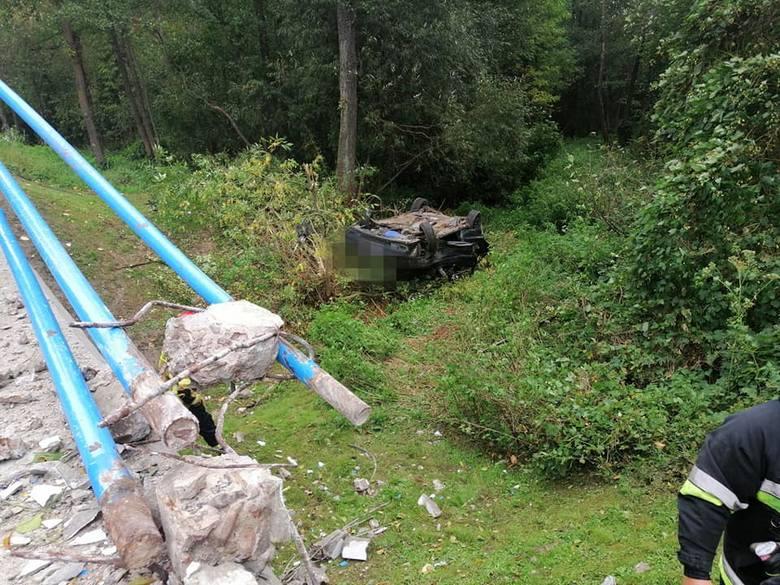 Kalnica - Kadłubówka: Wypadek samochodu osobowego. Volvo uderzyło w barierki i dachowało w rowie [ZDJĘCIA]