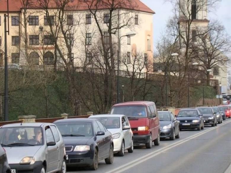Zatłoczone główne trakty, szczególnie w godzinach szczytu to wciąż częsty widok w Oświęcimiu