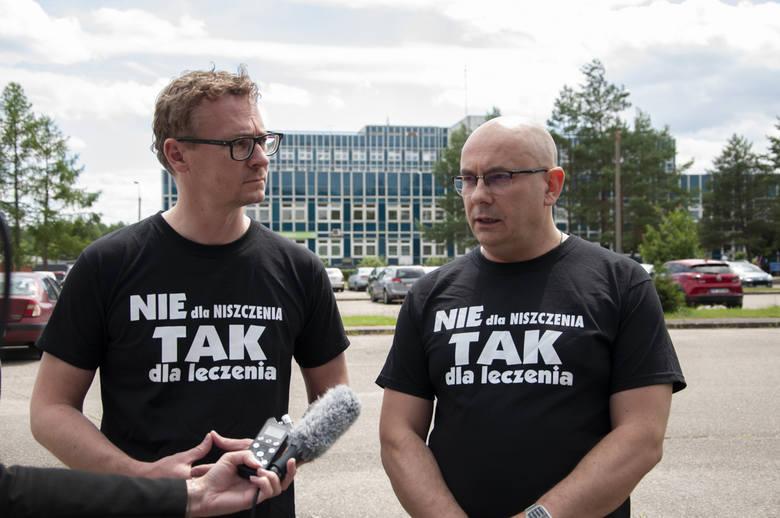 We wtorek, 30 czerwca lekarze ze szpitala im. S. Staszica w Pile wyszli przed placówkę wraz z przedstawicielami Wielkopolskiej Izby Lekarskiej, by zaprotestować przeciwko działaniom starosty pilskiego.