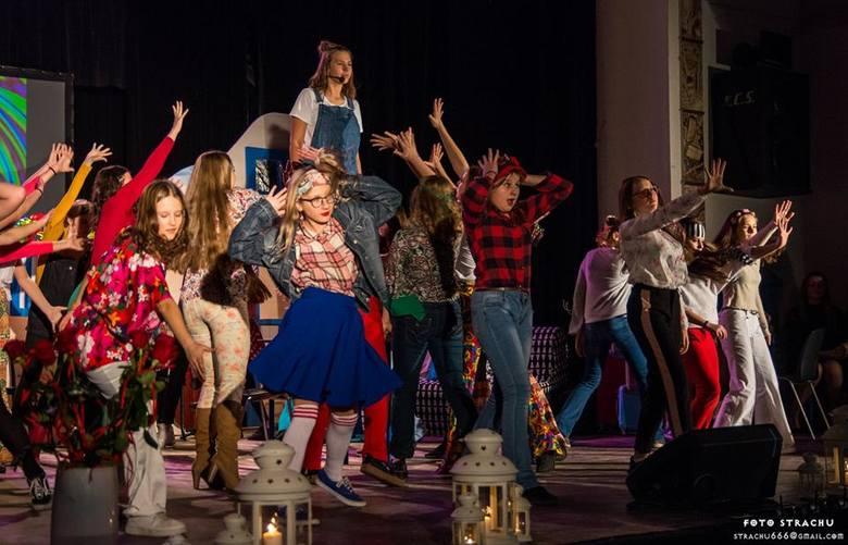 """Fantastyczni młodzi aktorzy z Ostrowca na scenie. Ich """"Mamma Mia"""" zachwyciła publiczność [ZDJĘCIA]"""