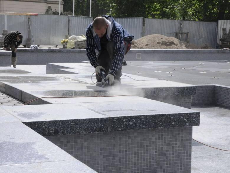 Przed Filharmonią Pomorską trwają ostatnie prace związane z budową nowej fontanny
