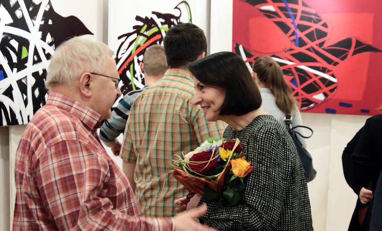 Iwona Ostrowska ukończyła studia na Wydziale Sztuk Pięknych UMK w Toruniu. Uzyskała dyplom z malarstwa w pracowni profesora M. Wiśniewskiego. Prace przedstawia