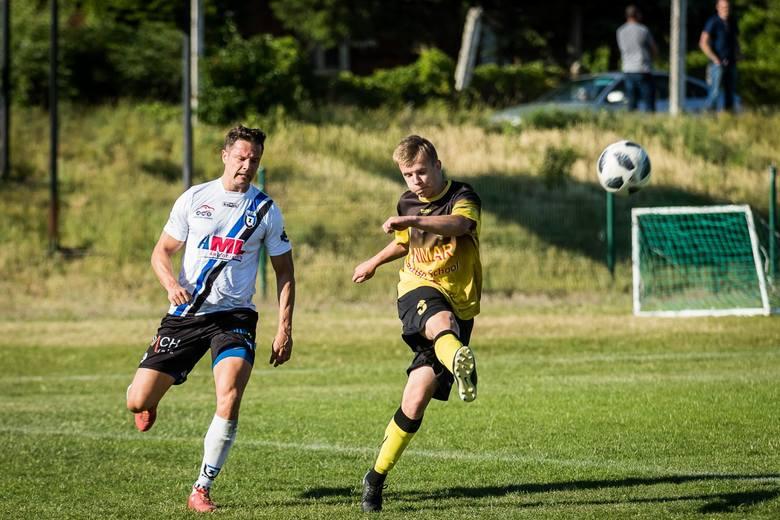 W meczu piłkarskiej A klasy Zawisza Bydgoszcz pokonał GLKS Osielsko 2:0. Niebiesko-czarni liderują w rozgrywkach i są blisko awansu do klasy okręgowej.
