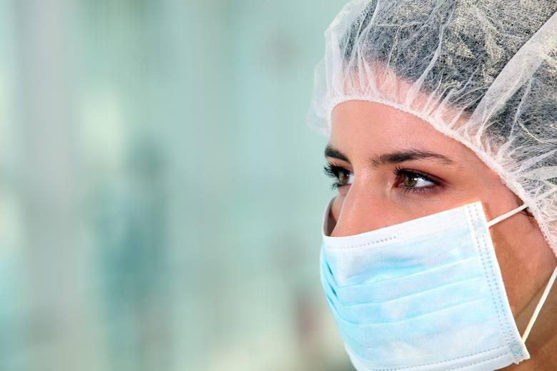 Maski ochronne powinny nosić jedynie osoby, u których występuje kaszel, kichanie i gorączka, osoby, u których potwierdzono wystąpienie COVID-19 oraz ci, którzy nad nimi sprawują opiekę.
