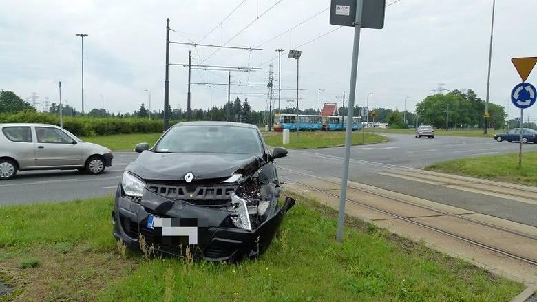Wypadek na rondzie Sybiraków. Renault zderzyło się z tramwajem