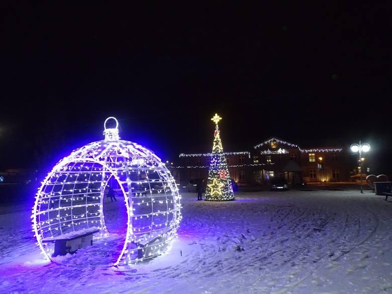 Choinka przed Urzędem Miejskim oraz iluminacje świąteczne na terenie Zwolenia są już gotowe na nadchodzące święta Bożego Narodzenia. Jakie ozdoby świąteczne