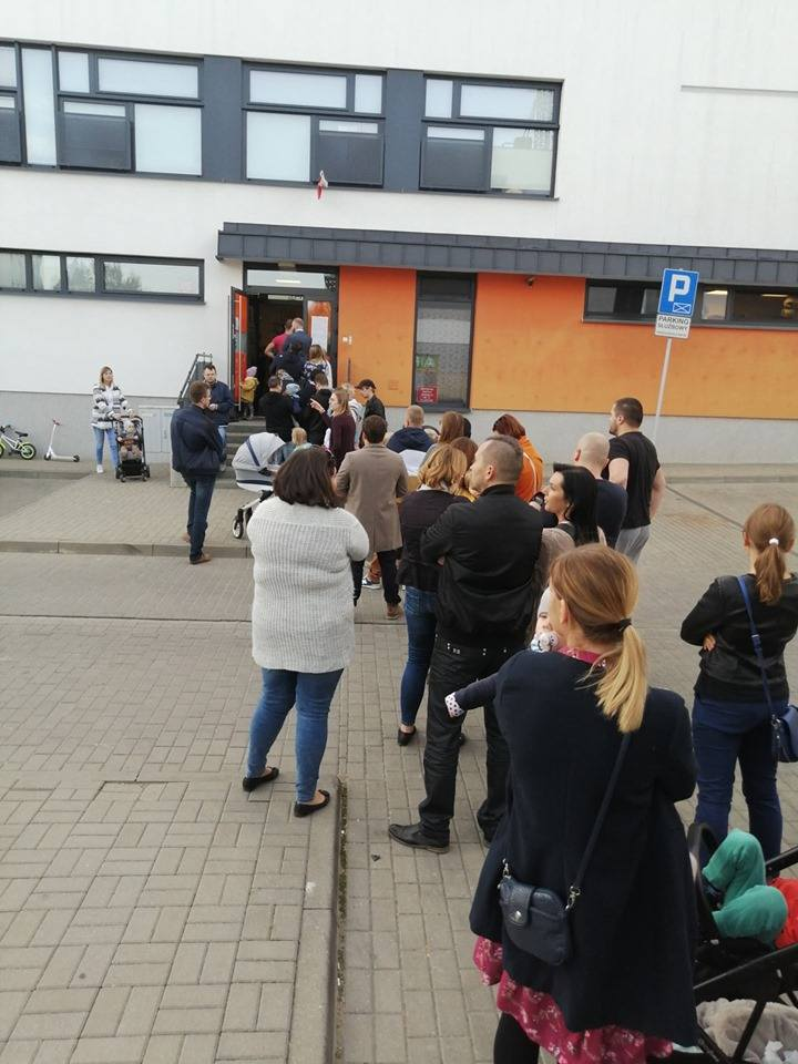 Kolejka przed lokalem wyborczym przy ul. Onyksowej w Lublinie