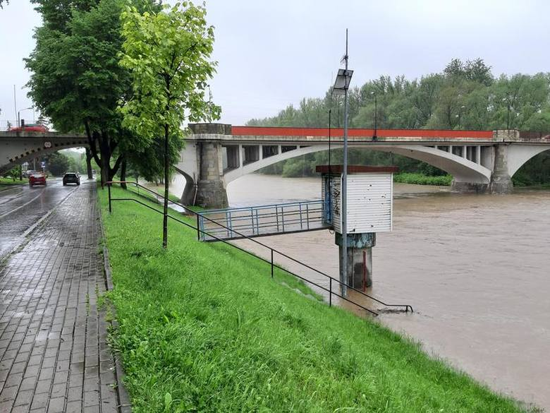 Soła wylała w Oświęcimiu. Ogłoszony został alarm przeciwpowodziowy. Rzeka pod zamkiem przekroczyła o blisko metr stan alarmowy [ZDJĘCIA]