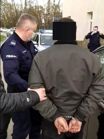 Inowrocławianie doprowadzili do spotkania w Solankach i poinformowali o tym policję. Mężczyzna przyjechał pod umówiony adres, niedaleko kortów i kładki