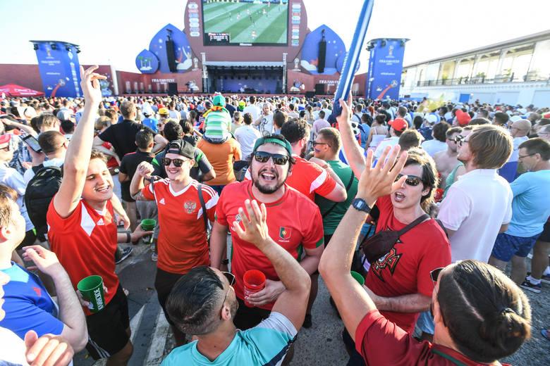 Rozpoczęły się piłkarskie mistrzostwa świata. Do Soczi przyjechali kibice z wielu krajów, który pierwszy mecz mundialu obejrzeli w strefie kibica.Kibice