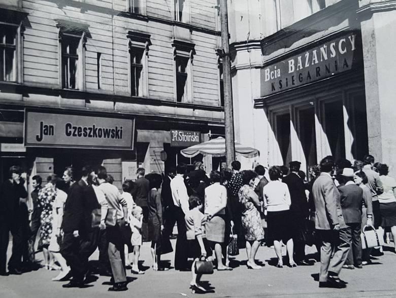 Bydgoskie sklepy zlokalizowane przy głównych ulicach i na osiedlach. Bazary, targowiska, domy towarowe... Tak wyglądał handel w Bydgoszczy, zanim nastała era hipermarketów i wielkich galerii handlowych. Zapraszamy w podróż w przeszłość. Zobaczcie bydgoski handel na starych zdjęciach.