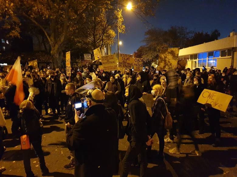 Część osób, która we wtorkowy wieczór brała udział w proteście na placu Wolności, później postanowiła udać się na os. Jagiellońskie przed blok, w którym mieszka poseł PiS, jeden z inicjatorów przekazania wniosku do Trybunału Konstytucyjnego dotyczącego aborcji. Na miejscu protestujący skandowali...