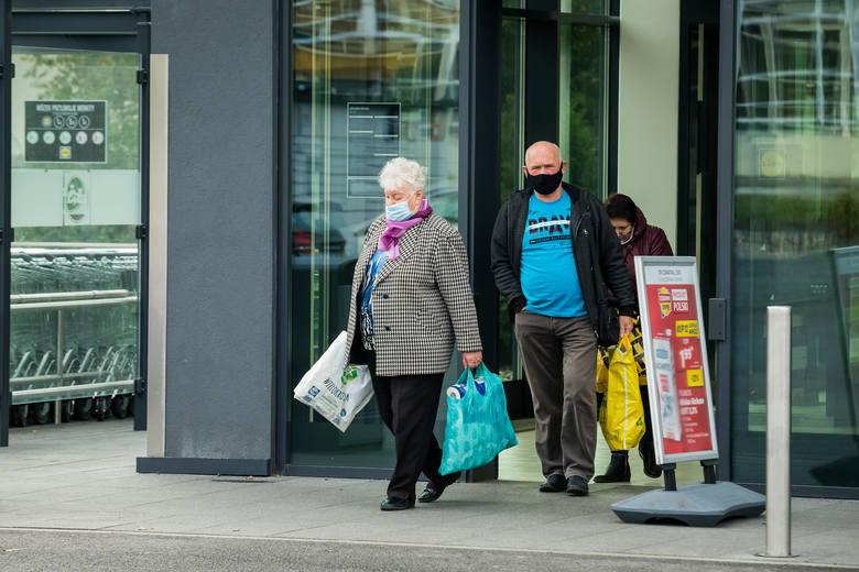 Z godzin wyznaczonych na zakupy seniorów, często nie korzystają sami zainteresowani. W ten sposób tracą właściciele sklepów i inni klienci