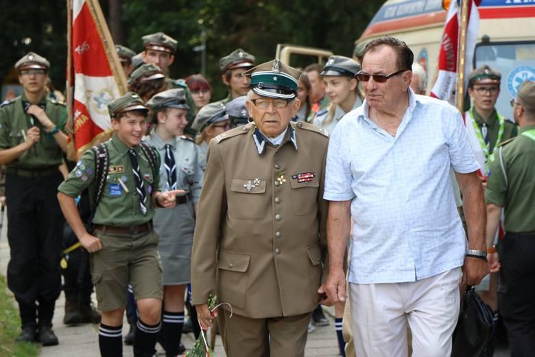 """Zielona Góra nie zapomina o powstaniu warszawskim. O godzinie """"W"""" w całym mieście słychać było syreny alarmowe, a na zielonogórskiej nekropolii odbyły"""