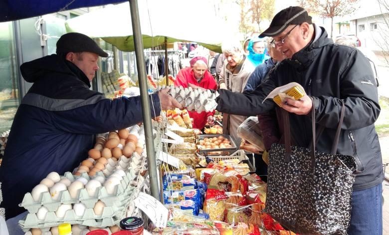 Na rynkach i targowiskach klienci kupują wiejskie jaja