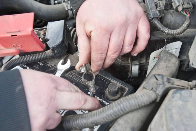 To ważne, by odłączyć baterię od źródeł pobierania prądu w samochodzie. Dlaczego? Gdy klemy będą podłączone, ładowanie akumulatora będzie przebiegało