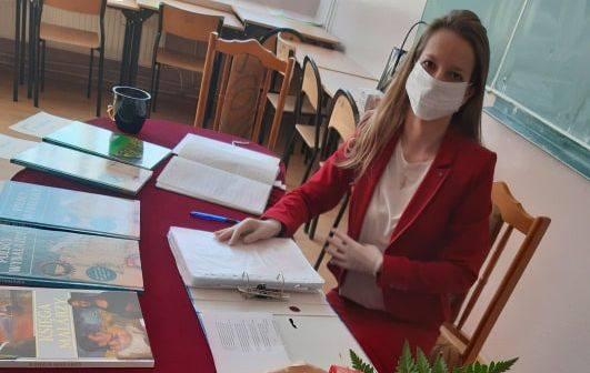 """W pińczowskim """"Kołłątaju"""" rozpoczęto wręczanie świadectw zakończenia szkoły w piątek, 24 kwietnia. Z powodu epidemii koronawirusa nie"""