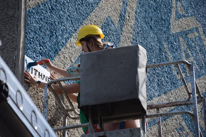 Odsłonięcie muralu z okazji 20-lecia Uniwersytetu Zielonogórskiego na budynku akademika Vicewersal przy al. Wojska Polskiego w Zielonej Górze