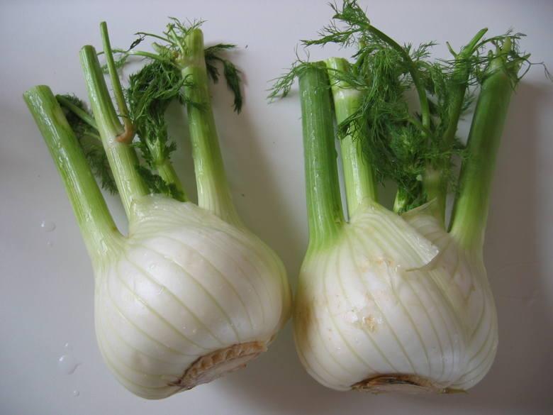 FenkułFenkuł to inaczej koper włoski. Ma lekko anyżowy smak, który wytraca się po obróbce termicznej, nadającej warzywu jedwabistą konsystencję. WłaściwościOd