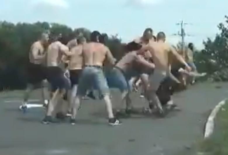 Brutalna ustawka kibolu z Częstochowy i Opola. Ponad 100. kibolu starło się na środku drogi w Kędzierzynie-Koźlu. Staranowali radiowóz
