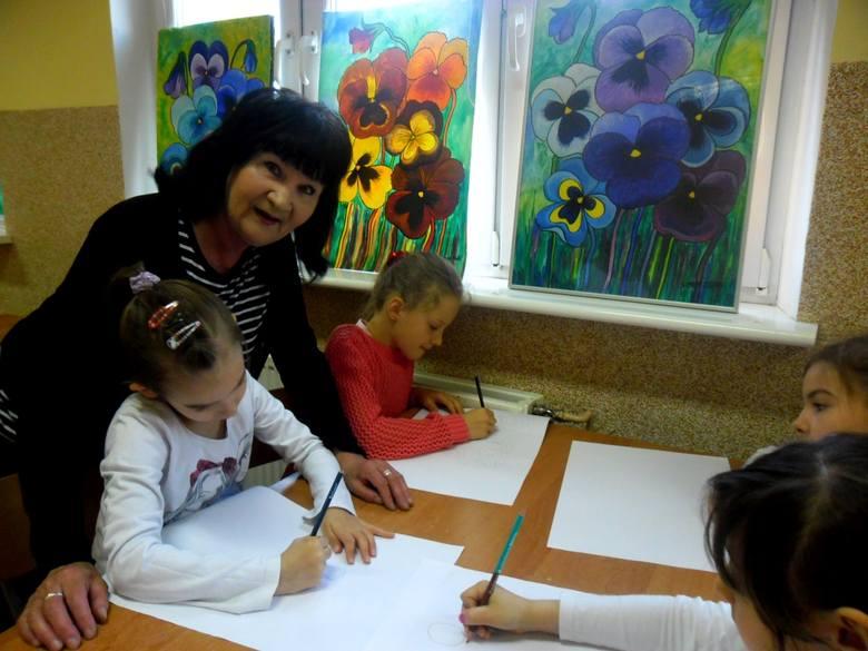 Warsztaty z człuchowską artystką Stanisławą SieranMalarka miała czas dla każdego dziecka.