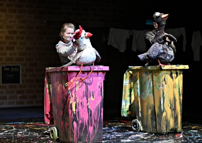 """W Teatrze Andersena -  O przyjaźni i akceptacji""""Dziób w dziób"""" Maliny Prześlugi w reżyserii Elżbiety Depty opowiada o przygodach bandy honorowych gołębi,"""